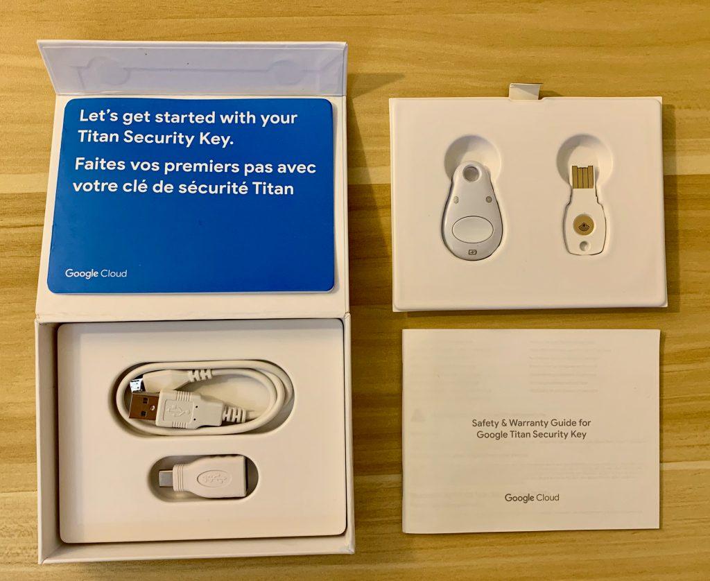 Titan Security Key 开箱,以及包装内所有内容(两个打包的版本,包含两个安全密钥、Micro-USB 数据线、USB-A 转 USB-C 转接头)